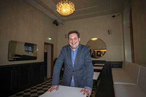 Jethro Rostedt tunnetaan tv-persoonana ja kiinteistövälittäjänä. Viime viikolla hän poseerasi avaamassaan yökerhossa Turussa.