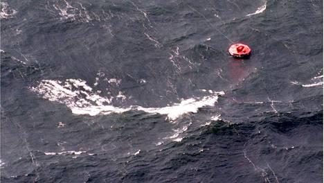 Estonian turma jätti jälkeensä yksinäisiä pelastuslauttoja. Kaikkia meren varaan joutuneita ei saatu pelastettua.