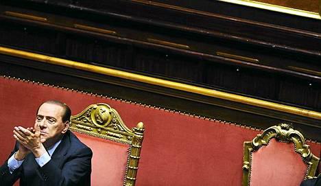 Pääministeri Silvio Berlusconi otti paikkansa istuntosalissa tiistaina.