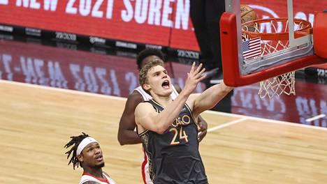 Bullsin Lauri Markkanen ajoi Rocketsin korille.