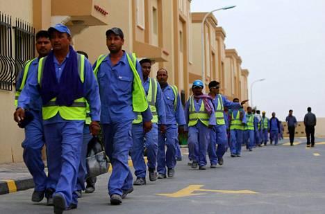 Työntekijöitä Qatarin MM-kisatyömaalla.