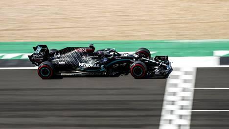 Lewis Hamilton ajoi dramaattisten loppukierrosten jälkeen Britannian GP:n voittoon.