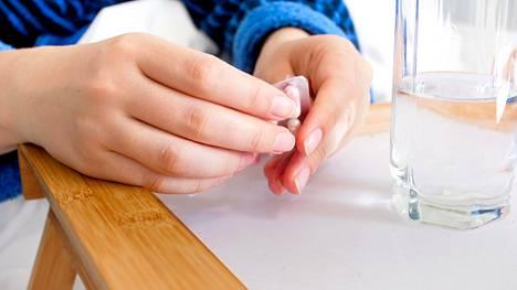 Lääkkeiden yhteisvaikutus voi lisätä kaatumisriskiä, koska se saattaa sotkea keskushermoston toimintaa paljonkin.