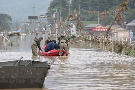 Puolustusvoimat ja poliisit pelastivat tulvivan vanhainkodin asukkaita kumiveneellä Hityoshin kaupungissa, Kumamaton alueella.