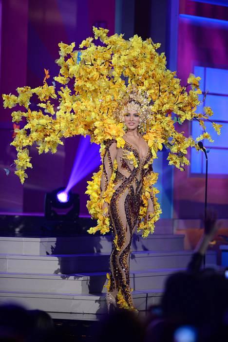 Miss Venezuela Migbelis Lynette Castellanos luotti keltaiseen asuunsa.