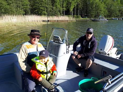 Reijo Spets (vas), Hugo Spets (sylissä) ja Henri Spets todistivat delfiinien uintia Raaseporin edustalla lauantaina.