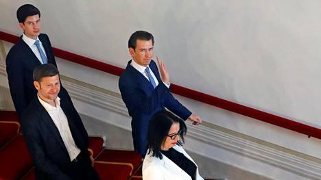 Liittokansleri Sebastian Kurz poistuu tiedotustilaisuudesta Wienissä 19. toukokuuta 2019.