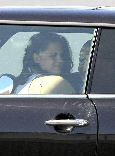 Kuvat ottaneen paparazzin mukaan kaksikko suuteli kiihkeästi Mini Cooperissa 20 minuutin ajan.