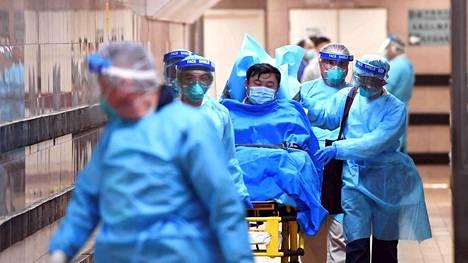Hongkongilaisessa sairaalassa kuljetettiin miestä, jonka epäiltiin saaneen koronaviruksen tartunnan.