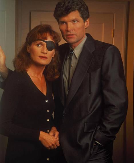 Wendy Robie (Nadine) ja Everett McGill (Ed Hurley) kuvattuna alkuperäisessä sarjassa.