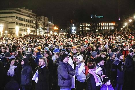 Tampereen keskustorilla oli väkeä tungokseksi asti.