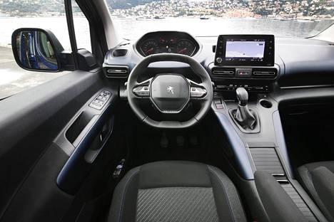 Ohjaamo on tuttu Peugeotin henkilöautomalleista eli mittaristoa katsellaan ratin yli.