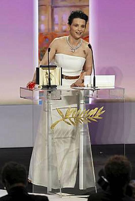 Juliette Binoche palkittiin parhaana naisnäyttelijänä roolistaan onnettomana taidevälittäjänä Abbas Kiarostamin elokuvassa Certified Copy.