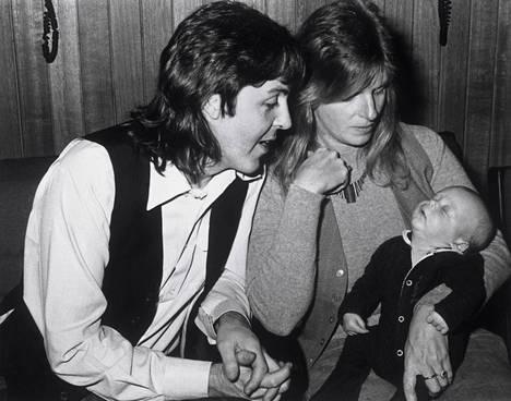 Paul ja Linda Mary-tyttärensä kanssa.