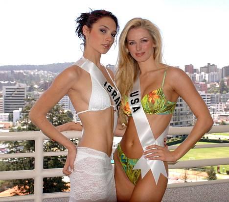 Miss Israel Gal Gadot ja Miss USA Shandi Finnessey poseeraavat Vuonna 2004 Miss Universumi -kilpailussa Ecuadorissa.