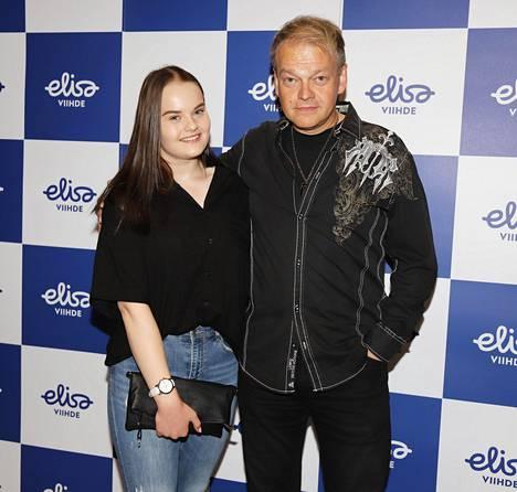 Kurre Westerlund kuvattuna tyttärensä Bellan kanssa elokuussa 2019.