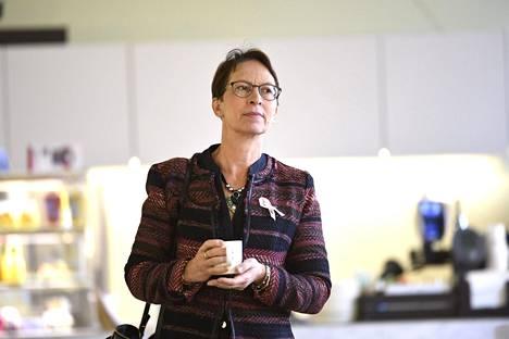 Kansanedustaja Sari Essayah toivoi, että apulaisoikeusasiamies Pasi Pöllänen olisi tullut eduskunnan uskontoryhmään perustelemaan päätöstään, jotta kansanedustajat ja koulut tietäisivät, mitä lainvastaista on joulujuhlan järjestämisessä kirkossa.