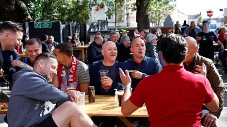 Joukko Liverpoolin kannattajia kokoontui seuraamaan mestarin paluuta kotikentälle läheisen Hotel Anfieldin tilaisuuteen.