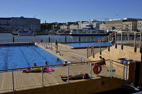 Allas Sea Poolissa järjestetään alastonuintia täydenkuun aikaan, toimittaja kertoi.