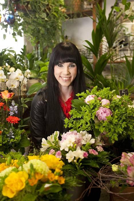 Stina työskenteli floristina äitinsä kukkakauppa Peikonkämmenessä. Nykyään kauppa sijaitsee Hyvinkäällä, ja hän toimii itse kauppiaana. Kuva vuodelta 2011.