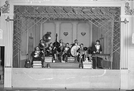 Dallapé-orkesteri Toverien Kerholla vuonna 1932. Martti Jäppilä, Helge Pahlman, Matti Jurva, Pauli Impivaara, Eino Katajavuori, Paavo Raivonen, Erkki Majander ja Eero Lauresalo.