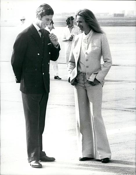 Anne ja Charles ovat kuninkaallisasiantuntijoiden mukaan kuin yö ja päivä. Anne ei vaatteilla pröystäile, toisin kuin Charles, jonka kengännauhatkin silitetään brittilehtien tietojen mukaan. –Anne ei ole tippaakaan turhamainen. Hän käyttää samoja vaatteita vuodesta toiseen, eikä välitä mitä muut ajattelevat, läheiset ovat kertoneet haastatteluissa.