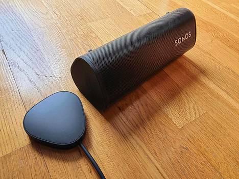 Sonos myy erikseen 49 euron langatonta laturia, joka kiinnittyy kaiuttimeen magneetilla. Koska kyseessä on qi-vakiolaturi, sillä voi ladata myös langatonta latausta tukevia puhelimia.