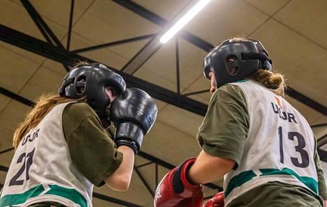 Koulutus- ja valintakokeissa naiset harjoittelivat kamppailutaitoja.