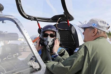 Koneen omistaja Pentti Kopiloff opasti lentokypärän käytössä.
