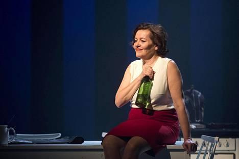 Helsingin kaupunginteatterin Armi-näytelmässä Riitta näytteli Marimekon perustajaa Armi Ratiaa.