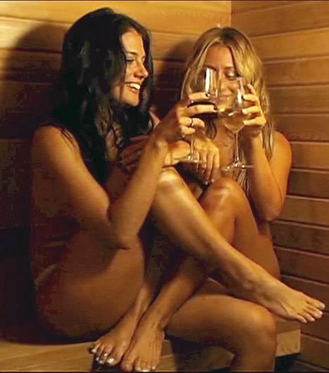 Kippis! Aubrey ODay (oik.) ja kämppäkaveri Krystal nautiskelivat viiniä saunan lauteilla All About Audrey -ohjelmassa.