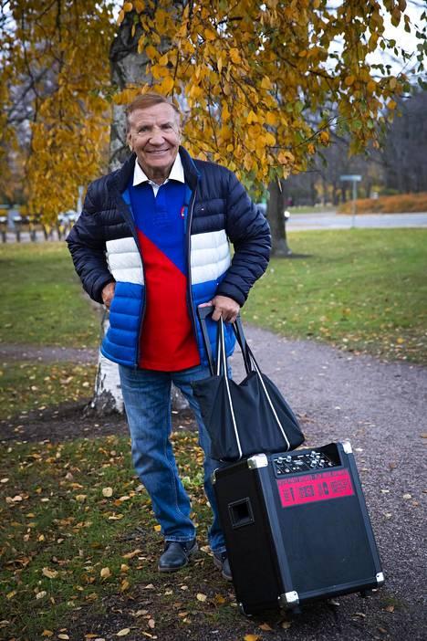 81-vuotias laulaja Eino Grön kertoo ottavansa koronanohjeistukset vakavasti käyttämällä kauppareissuilla maskia ja pitämällä riittävän etäisyyden ihmisiin.