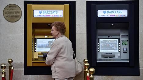 Asiakas käyttää automaattia, joka muutettiin kultaiseksi automaattien 50-vuotisjuhlavuoden kunniaksi.