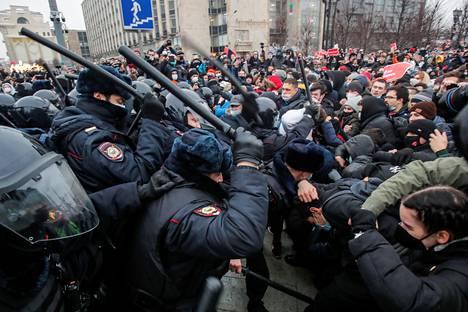 Poliisi käytti pamppuja mielenosoittajia vastaan Moskovassa.