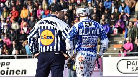 Tuomari Tommi Nupponen ja Vimpelin Vedon kapteeni Henri Puputti keskustelivat miesten Superpesiksen loppuottelussa syyskuussa 2017. Heinäkuussa alkavalla kaudella lähikontakteja ei nähdä.