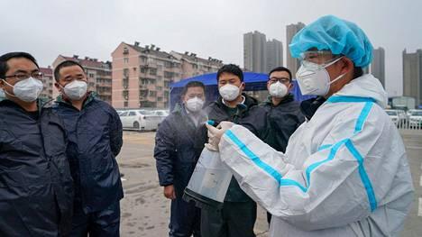 Kuljettajia opastettiin autojen desinfiointiin Nanjingissa, Kiinassa viime viikolla.