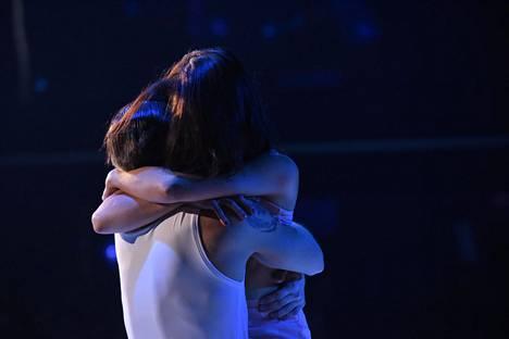 Kun freestyle-tanssi päättyi, Jannika puhkesi itkuun tanssipariaan halatessaan.