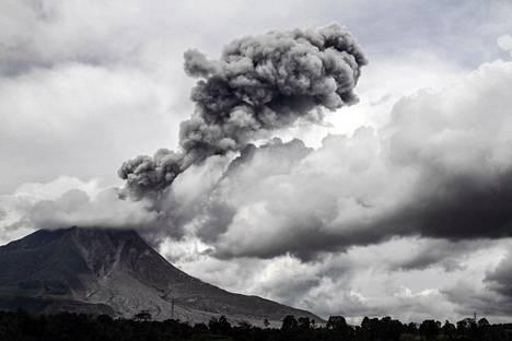 Tulivuori sylkee tuhkaa ilmaan Indonesian Sumatran saarella. Kuva on tiistailta 16. tammikuuta 2018.