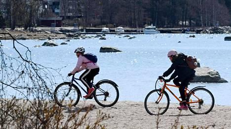 Joukkoliikennettä välttelevät suomalaiset nousevat nyt pyörän selkään.