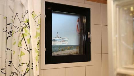 Sami Koski sisustaa kotiaan ruotsinlaivalta tuttuun tyyliin. Terassin ikkunassa komeilee merinäköalaa esittävä kalvo.