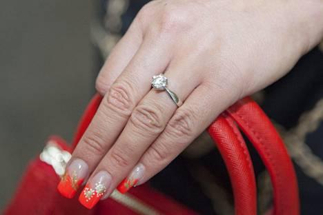 Hannan sormea koristi vielä alkusyksystä kaunis kihlasormus.