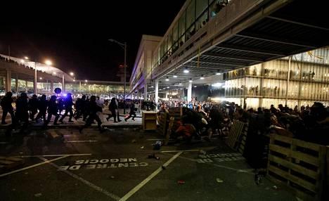 Mielenosoittajia Barcelonan lentokentällä.
