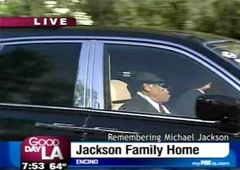 Joe Jackson lähti Los Angelesin Encinon kodista yksityiseen muistotilaisuuteen Forest Lawnin hautausmaalle.