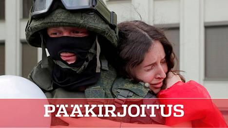 Kuka puolustaa ketä? Vaikuttavassa kuvassa ovat Valko-Venäjän erikoisjoukkojen sotilas ja häntä halaava mielenosoittaja.