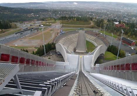 Holmenkollenin stadionalue mäkitornista kuvattuna.