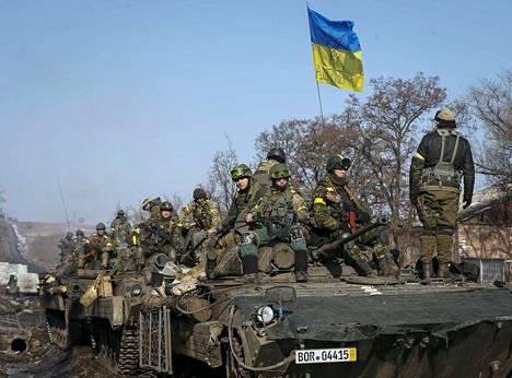 Ukrainan armeijan joukkoja kuvattuna Debaltseven kaupungin lähellä torstaina.