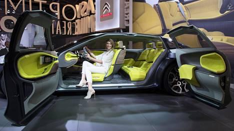 TRENDIKÄSTÄ YKSILÖLLISYYTTÄ Autoista on muotoutumassa hyvinvoinnin alustoja, joilla ostajat voivat ilmentää omia arvojaan ja mat kustaa sekä turvallisesti että mukavasti. Kuvassa Citroënin cXperience-konseptiauton sisätilat.