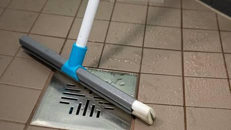 Potentiaalisia vesivahingon aiheuttajia ovat tukkoon mennyt lattiakaivo, pesukoneet ja jääkaappi sekä liian täyteen ahdettu allaskaappi.