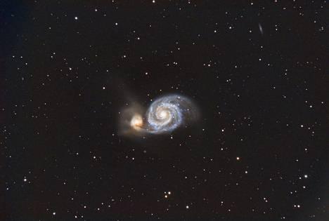 Pyörregalaksi ja sen seuralaisgalaksi NGC 5195. Pyörregalaksi sijaitsee Ajokoirien tähdistössä noin 23 miljoonan valovuoden päässä Maasta. Kuvaa on valotettu yhteensä 6 tuntia 40 minuuttia.