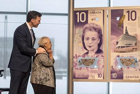Viola Desmondin sisko Wanda Robson ihasteli uutta 10 dollarin seteliä Kanadan talousministeri Bill Morneaun kanssa.